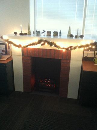 11. Podes agregar otros detalles navideños a la chimenea, ya que nada va quemarse