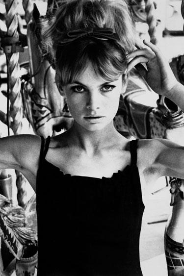 Volvemos a lo que se adapta entre lo formal e informal Jean Shrimpton con un vestido negro corto.