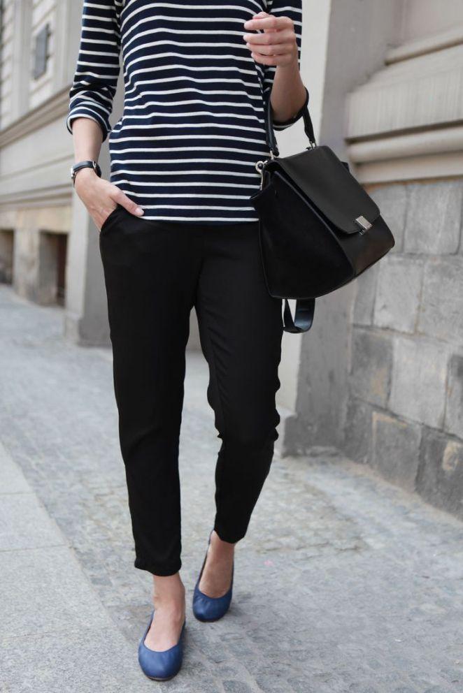 22. Pantalón negro, remera a rayas y balerinas