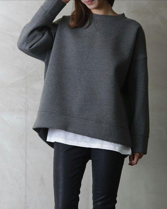23. Pantalón negro, remera blanca y buzo gris