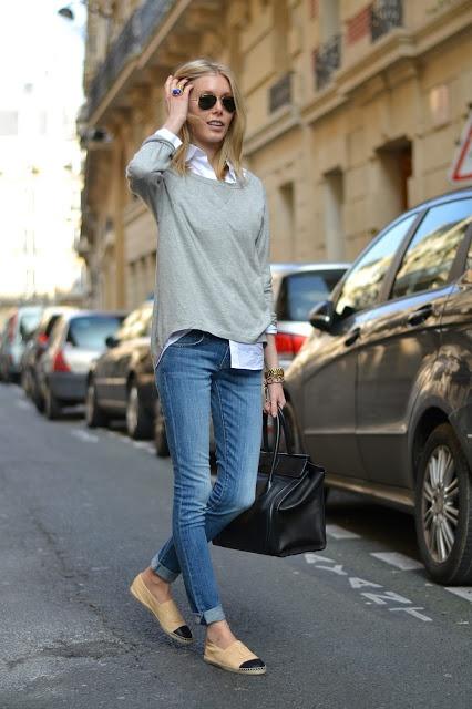 27. Jeans, camisa, sweater gris y alpargatas de yute