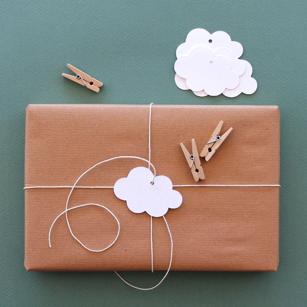 1. Si no hay muchos materiales: envolver con un papel, atar con un hilo y agregarle alguna forma de papel perforada: