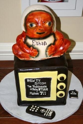 7. Todo espantoso. Un bebé naranja, con cara de alien sentado en un televisor. Pobre Ethan