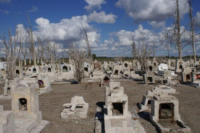 Como para agregar un detalle más tétrico todavía, la Villa tenía su cementerio, el cuál también emergió del agua