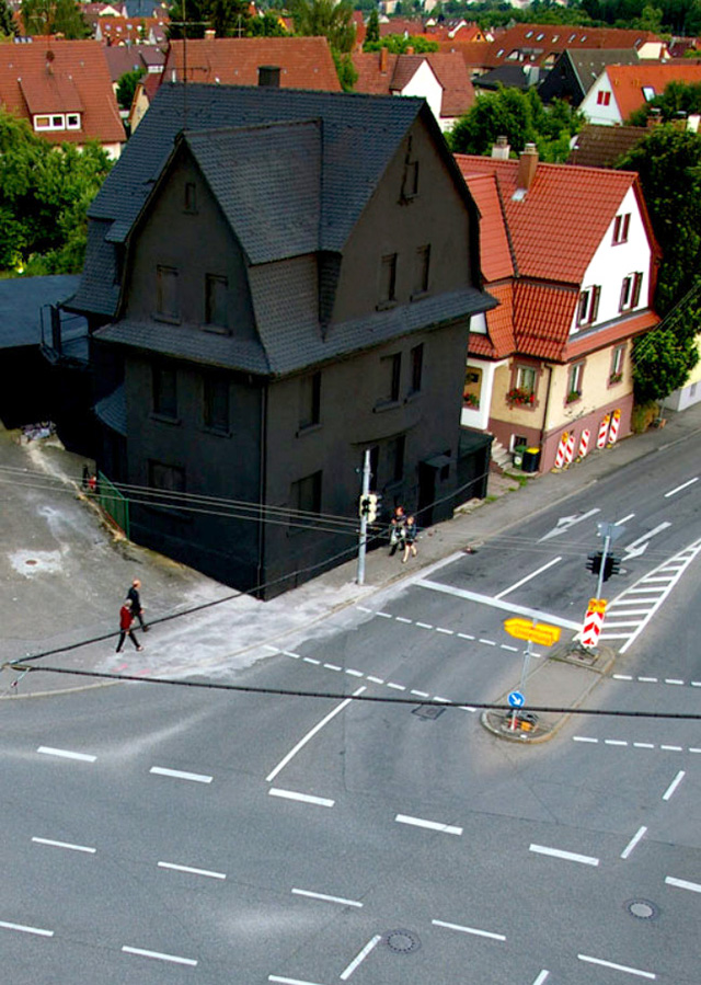 14. Una casa MUY negra