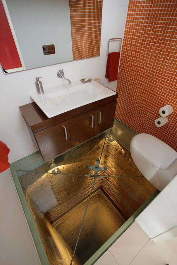 6. Piso de vidrio en el baño
