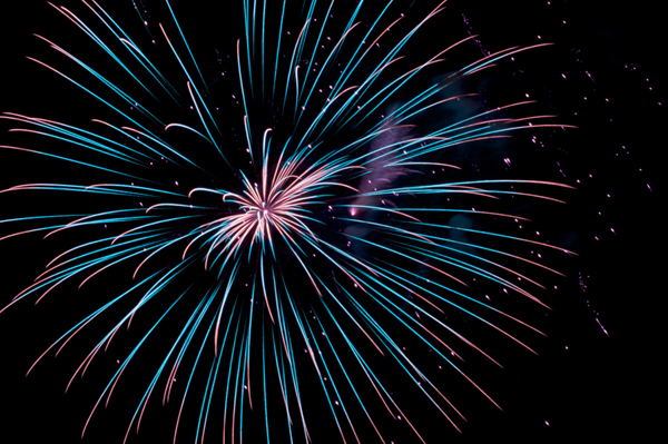 2. Fuegos artificiales: Hace 2000 años, un cocinero mezclo carbón, sulfuro y salitre (cosas comunes en una cocina de la época) y los comprimió en una caña de bambú. Al ver que explotaron, se le ocurrió el concepto de los fuegos artificiales.