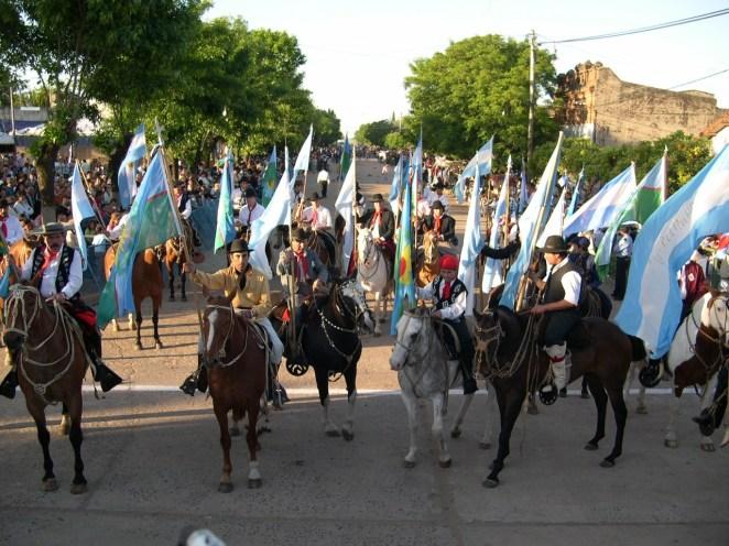 13. Cumple años el pueblo y todos van al desfile cívico: