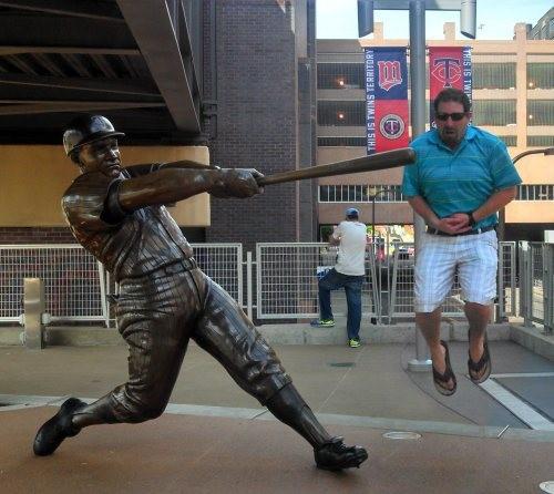 2. Diría que le encajó un home-run en el estómago, si solo supiera qué carajo es un home-run...