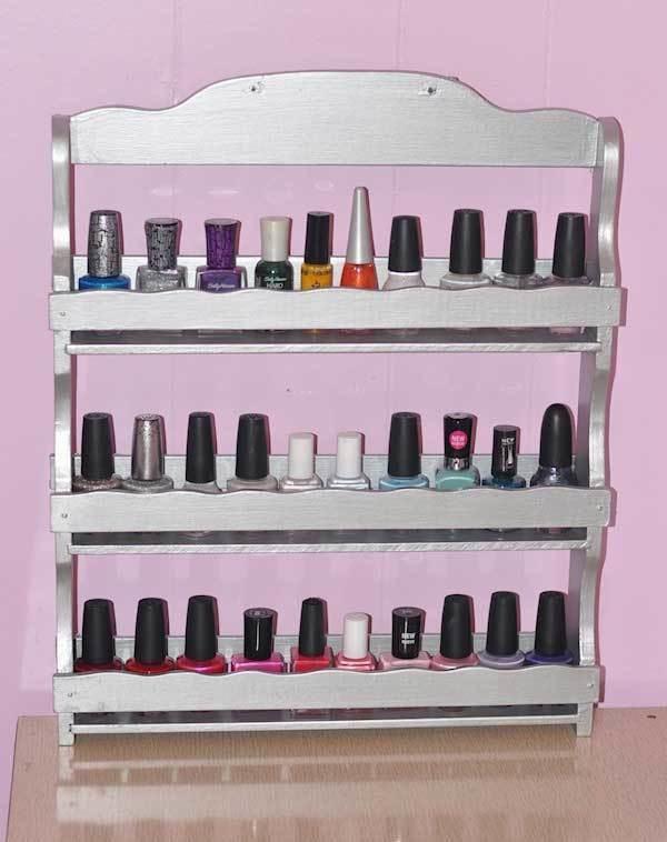 4. Un estante es la mejor forma para organizar todos tus esmaltes.