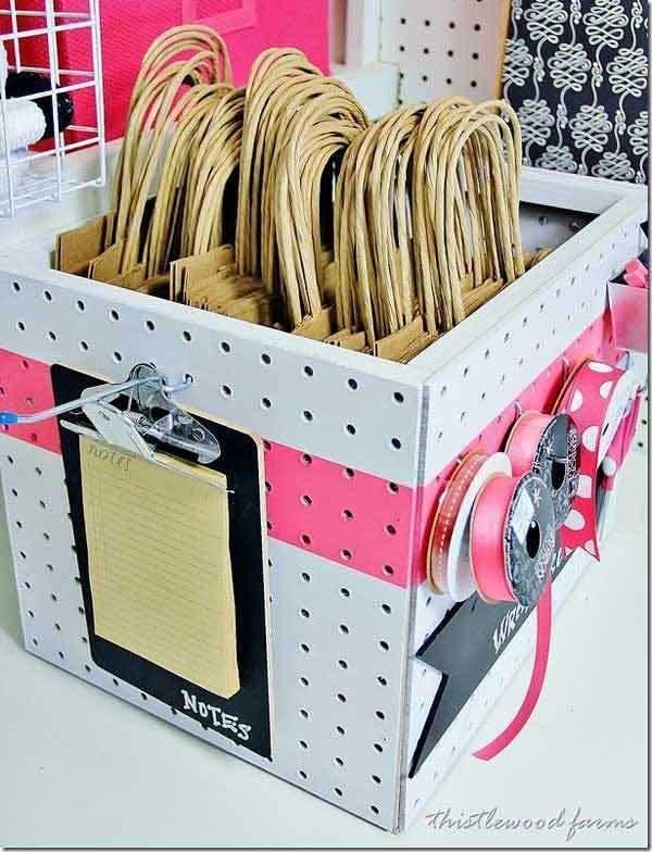 13. Las cajas son muy útiles para organizar bolsas de papel.