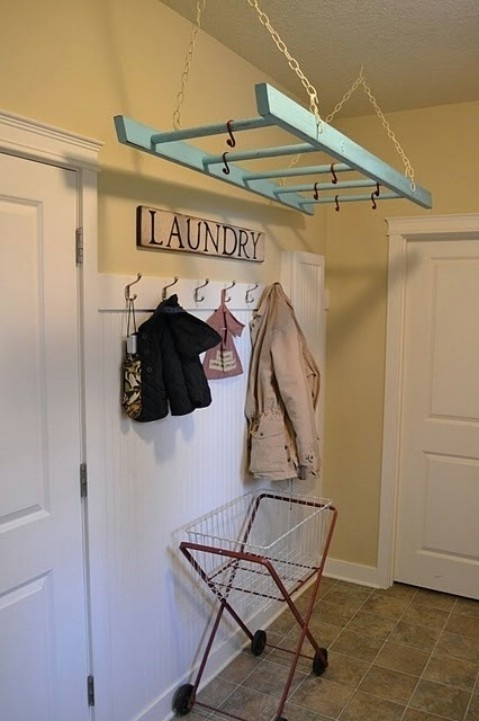 21. Una escalera sirve también como tendedor para la ropa.