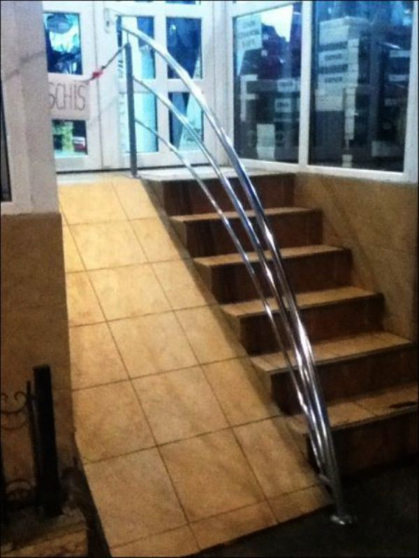21. Mmmm no, nadie con silla de ruedas se va a animar a subir o bajar de esa pirámide.