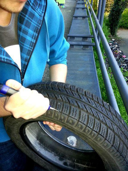Paso 3: con un cutter, retirá la parte del dibujo del neumático