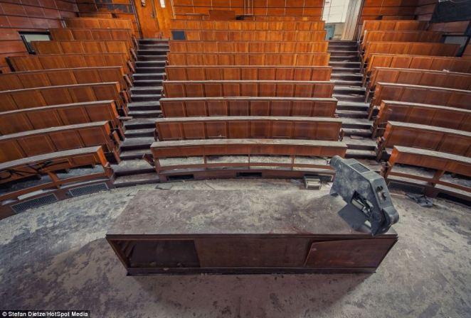 12. Solo el silencio habita hoy estas aulas, las que en algún momento habrán estado repletas de alumnos y docentes