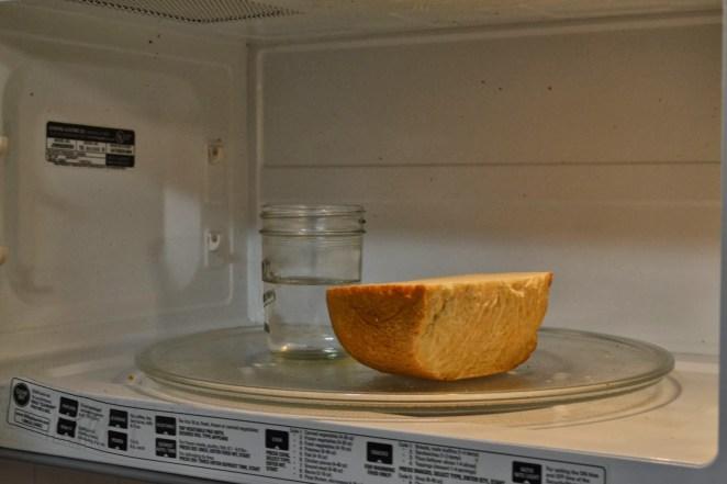 3. ¿Se endureció el pan? Metelo en el microondas junto con una taza con agua por 10 segundos en máxima potencia y volvé a tenerlo como fresco