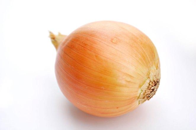 5. La mejor forma de cortar cebolla sin lágrimas: sacales las puntas y calentalas en el microondas por 30 segundos al máximo