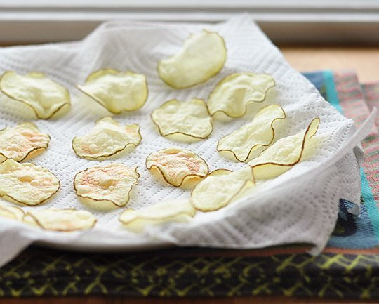 8. Las papas fritas y otros snacks húmedos vuelven a ser crocantes si los cubrís con papel de cocina por 10 segundos a máxima potencia