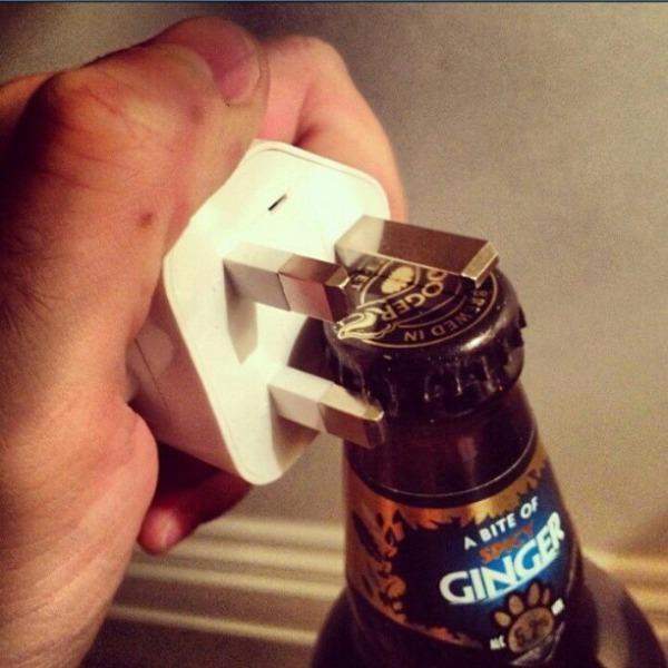 6. Usá un enchufe para abrir tus botellas