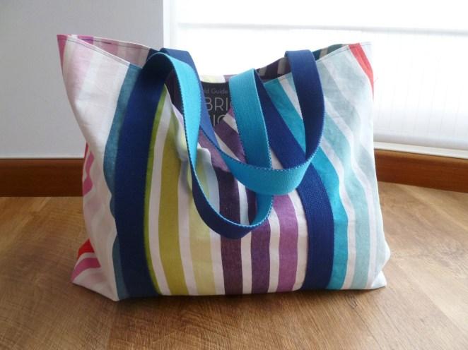 6. Por último otro tutorial para hacer con máquina de coser, un bolso de: 50 cm de ancho, 40 cm de alto y 8 cm de grosor en la parte inferior.