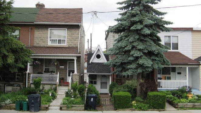 Mientras que algunas personas se quejan de sus casas, otras viven en espacios mucho más pequeños. Hay constructoras que se dedican a hacer casas diminutas.