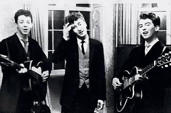 5. Paul McCartney, John Lennon y George Harrison tocando en una fiesta de casamiento, 1958.