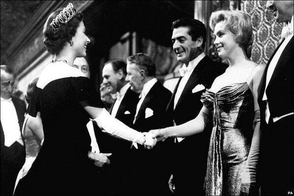 27. Marilyn Monroe conoce a la Reina Elizabeth II en 1956.