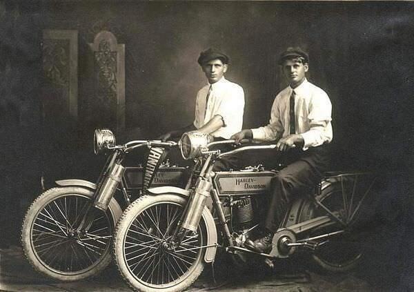 36. William Harley y Arthur Davidson (los fundadores de Harley Davison), 1914..