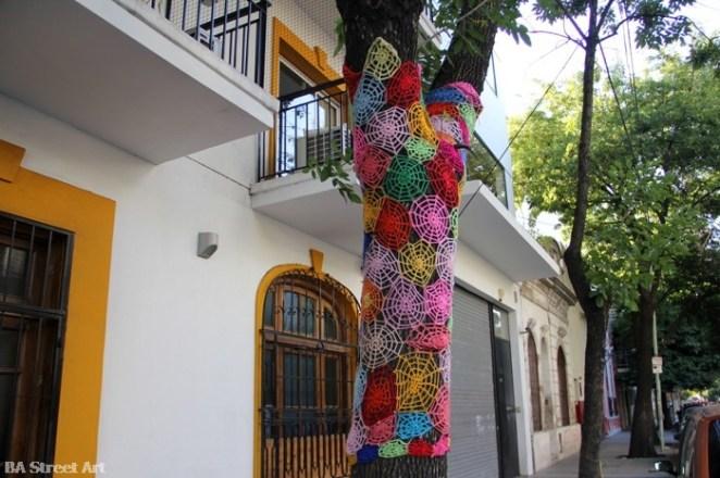 6- Crochet artesanal en árboles