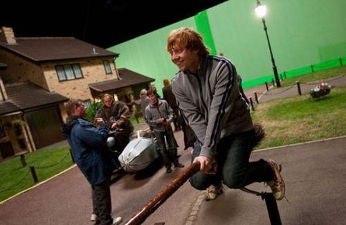 31. Para grabar la escena en que Ron tiene alucinaciones sobre Harry y Hermione besándose, el actor Ruper Grint tuvo que ser evacuado del set de filmación porque no podía parar de reír.