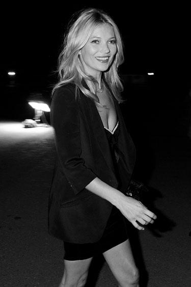 A lo que es un comodin Kate Moss con un Blazer Negro.