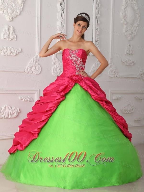 11. Ella quería deslumbrar, entonces decidió hacerse un vestido flúo.