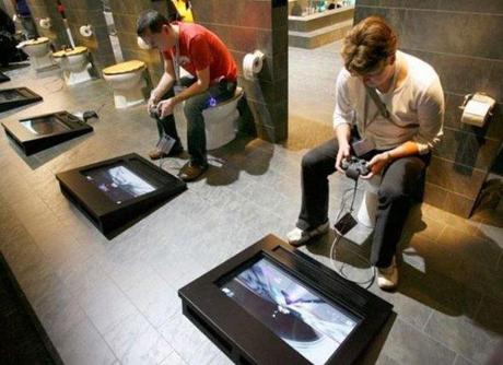 14. Baños públicos con videojuegos (y muy poca privacidad, aparentemente)