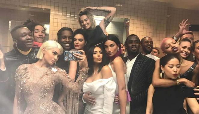 Resultado de imagen para met gala selfie