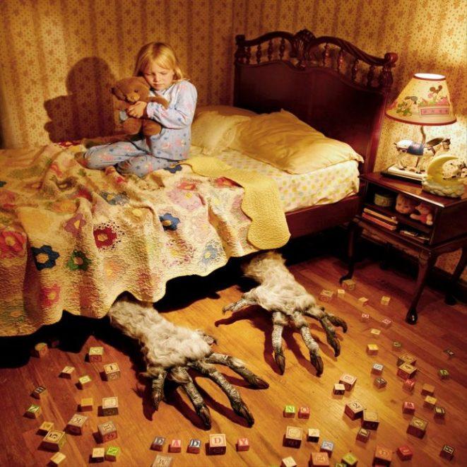 13 Aterradoras imágenes del artista que usa a su propia hija para recrear las peores películas de terror