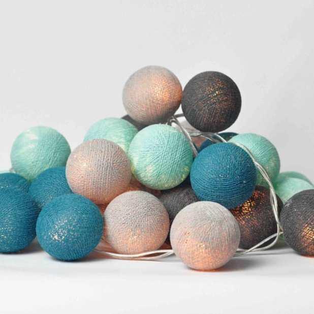 Cordão de luz com bolinhas coloridas com diferentes tamanhos e cores