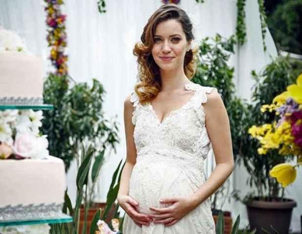 Atriz Nathalia Dill interpreta uma noiva grávida em novela recente