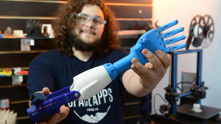 """Un mendocino imprime prótesis en 3D y apuesta a la """"colaboración creativa"""""""