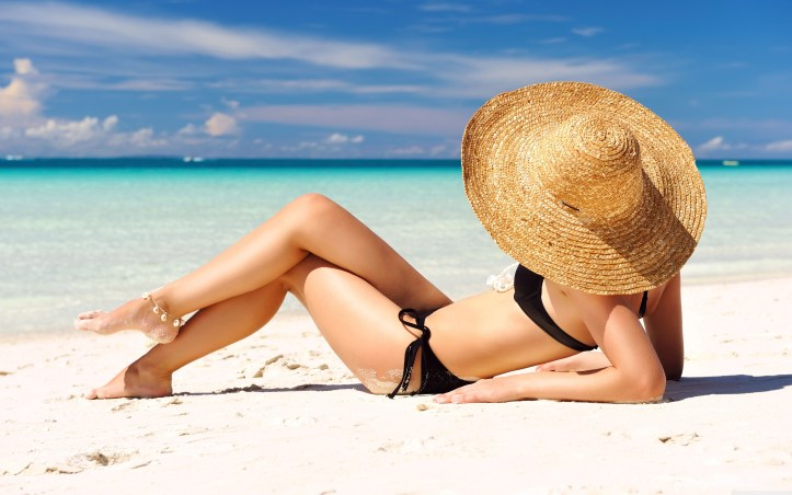 sunbathing_on_the_beach-wallpaper-5120x3200