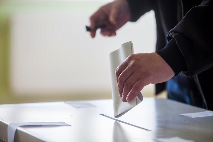 ¿Se encuentran amparados por alguna licencia especial quienes deben prestar servicios en días de elecciones
