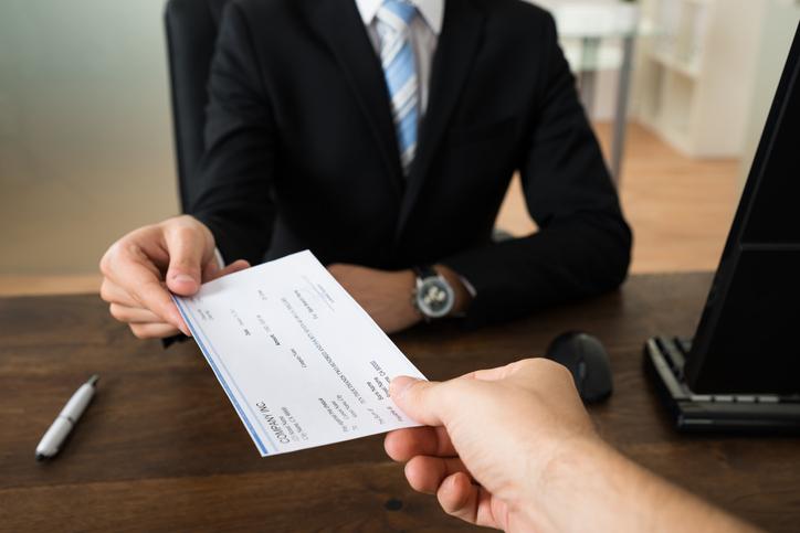 Procede el embargo del sueldo de un empleado público al existir sentencia firme condenatoria