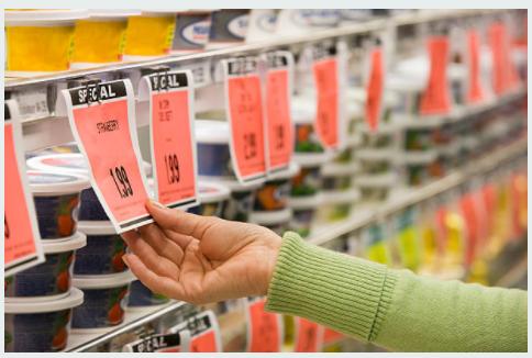 Se confirma la multa impuesta a un supermercado al verificarse discrepancias en los precios de los artículos en la góndola respecto a la línea de caja, infringiéndose el art. 9 de la Ley 22802 (inducción a error en los términos de la relación de consumo al brindar información inexacta del producto)