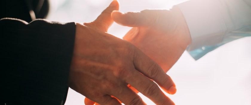 Quienes actúen como testaferros o socios ocultos tendrán responsabilidad subsidiaria, solidaria e ilimitada por las deudas de la empresa