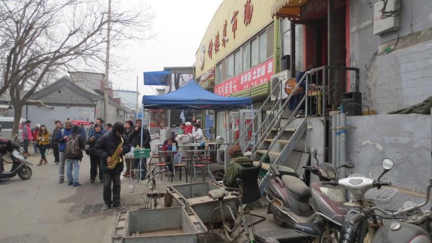 Mind Fibre (Li Jianhong, Wei Wei), and Li Zenghui performing in the hutong outside of Zajia, 31 March 2013