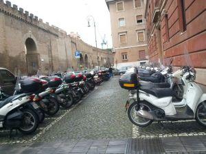 Motocicletas y ciclomotores aparcados en la vía pública