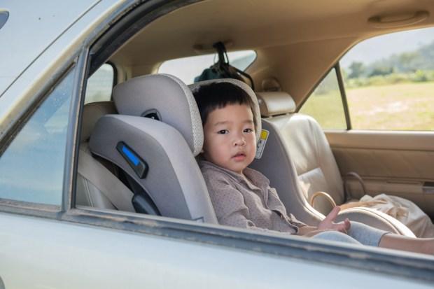 Niño en silla seguridad automóvil