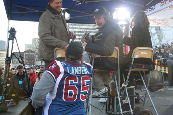 Lambert taps Randy Tieman on the back to say hi. Alouettes players are much closer to the few reporters who cover them than Canadiens players are to the media circus that follows them everywhere.