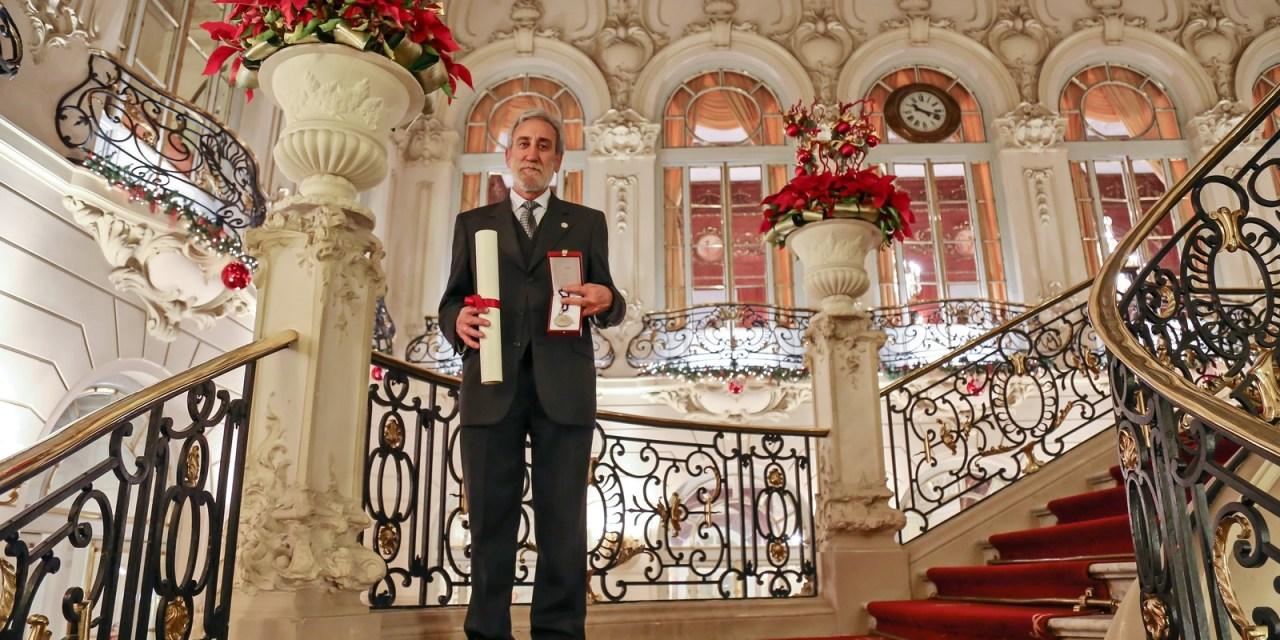 Carlos Lacadena recibe la Medalla del Consejo General de Colegios Oficiales de Farmacéuticos