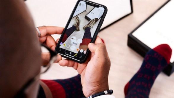 Utilisateur se servant de l'application fashion tech de réalité augmentée de Gucci pour essayer des sneakers. Crédit Photo : Gucci