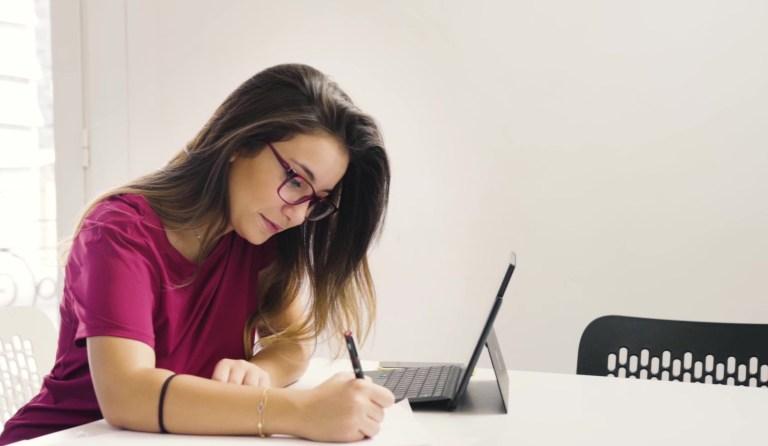 سارة الدسوقي ، الرئيسة التنفيذية لشركة Speetra ، في العمل لمساعدة مصممي الأزياء على تطوير نماذج بالأحجام الطبيعية المستدامة لعملهم باستخدام الطباعة ثلاثية الأبعاد